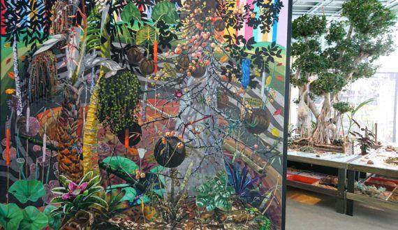 Une salle est entièrement dédiée au travail du brésilien Luiz Zerbini avec peintures, monotypes et une table herbier centrale