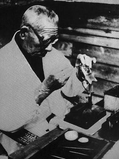 Mikimoto Kōkichi introduit un corps étranger dans une perle