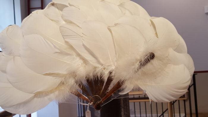 Éventail en plumes d'autruche