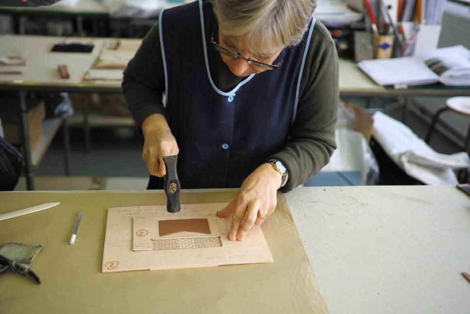 Opération de collage pour la fabrication d'un sac à main