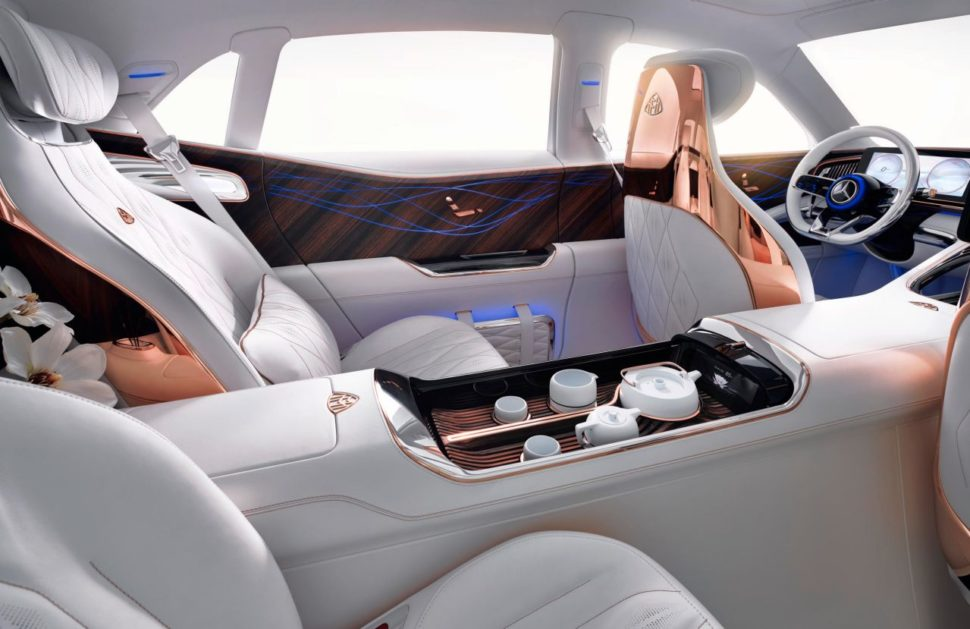 L'intérieur de la Mercedes-Maybach Ultimate Luxury offre une luminosité exceptionnelle, renforcée par un toit panoramique en deux parties.