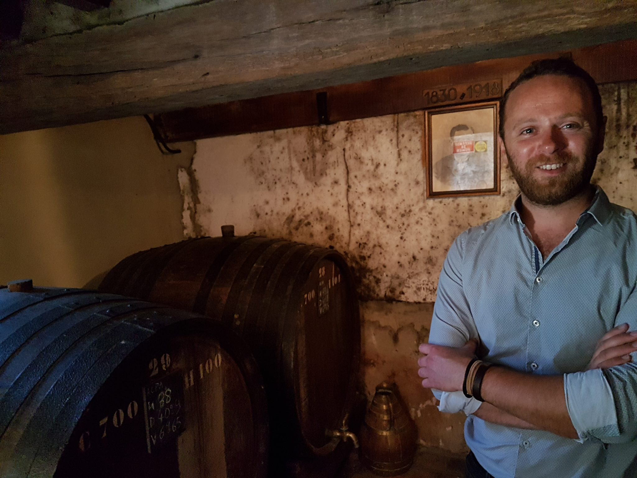 Jean-Roger Groult dans un des plus anciens chais où reposent des millésimes centenaires