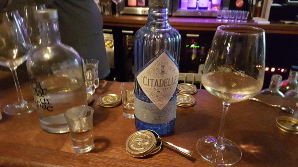 Shot de caviar Prunier, accompagné d'un gin (français) Citadelle