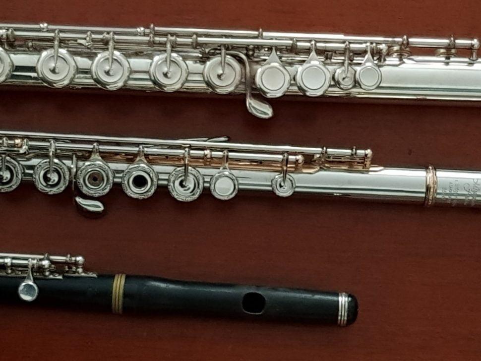 Trois instruments de la famille des flûtes traversières : Le piccolo, la flûte en ut ou grande flûte et la flûte en sol.
