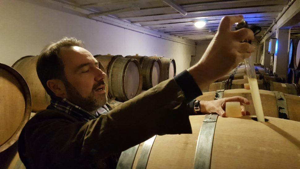 Ivan Massonnat, au caveau, pipette à vin en main, pour la dégustation du millésime 2018.