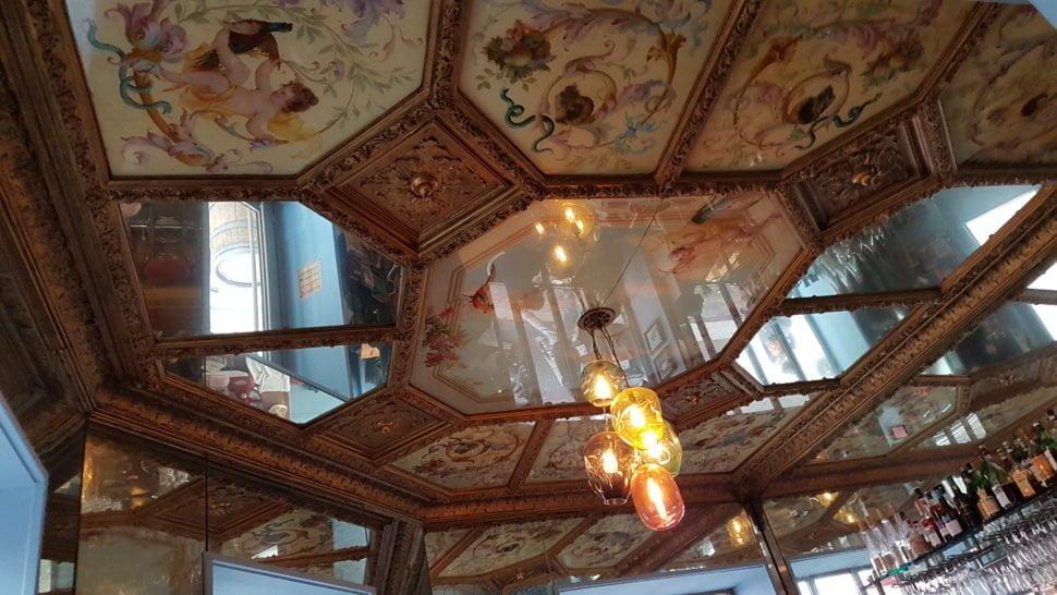 Chez Les Sardignac, le spectacle prend de la hauteur et s'affiche, façon XIXe, au plafond