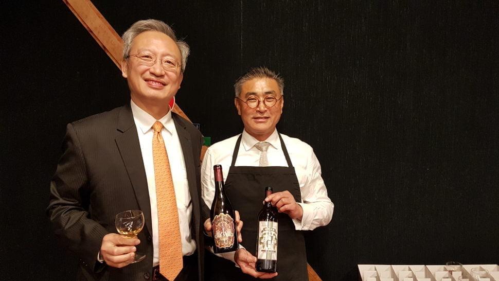 Son Excellence François Chih-Chung Wu, ambassadeur de Taïwan en France et Chien-hao Chen, oenologue, maître de chai, créateur du Vino Formosa. Photo