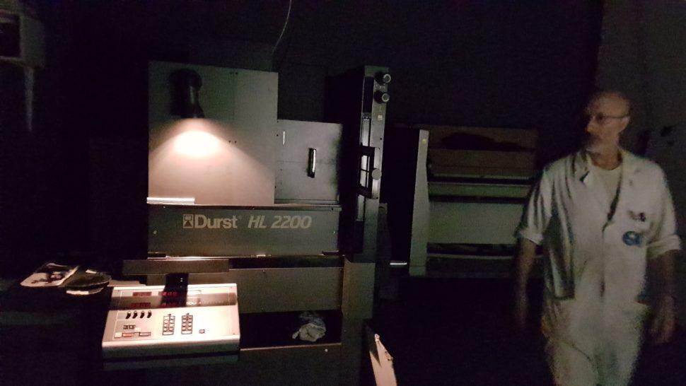Dans une des chambres noires, dotée d'un agrandisseur Durst HL 2200