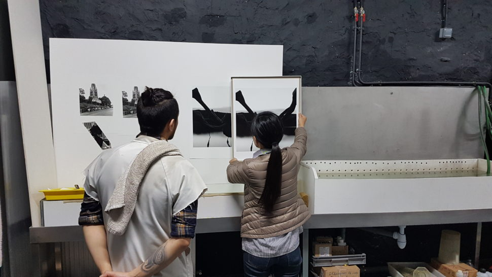Rieko Tamura devant une épreuve photo de « L'Araignée tapie »