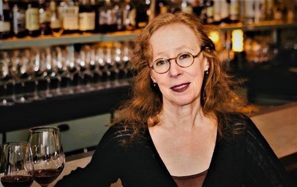 Alice Feiring (né en 1954) fut chroniqueuse pour « Time magazine » sur le vin et les voyages. Elle est aujourd'hui dans le monde, la papesse du vin élaboré naturellement. Elle est l'auteure de nombreux ouvrages sur le vin naturel