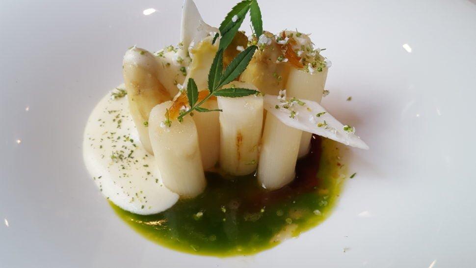 Asperges blanches du Vaucluse, rôties dans leur jus de cuisson, parfumé de tagette, écorce d'agrume confite, sabayon au yuzu