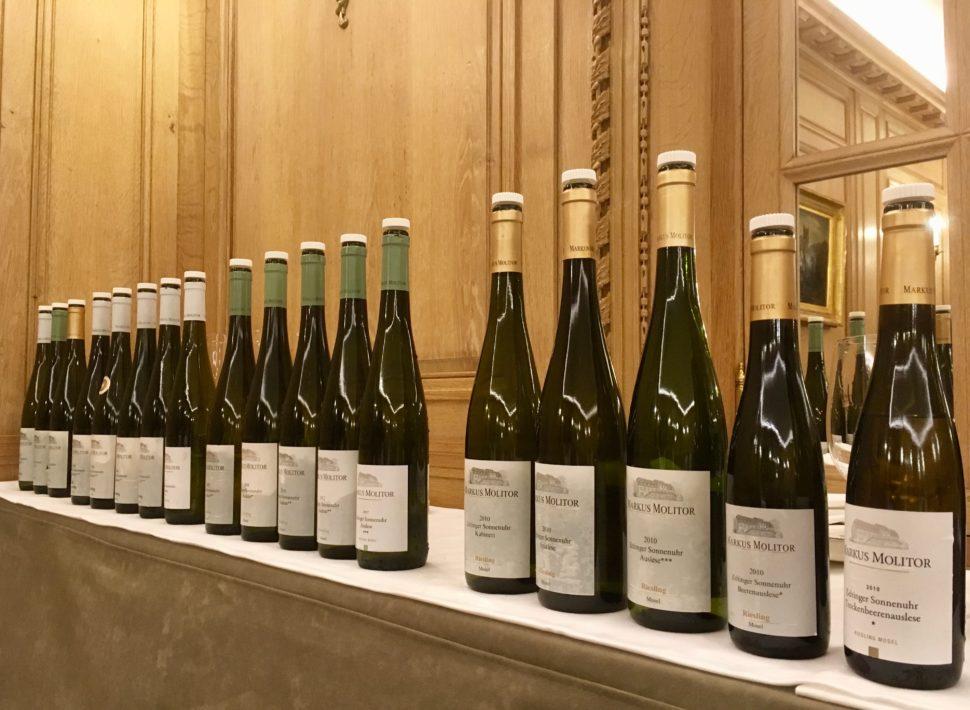 Un aperçu de la gamme des rieslings du domaine Markus Molitor. Les capsules correspondent au type de vin, blanche, verte, dorée…