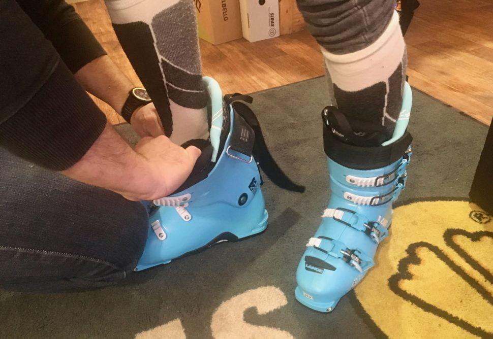 Le bootfitter commence par choisir une marque de chaussures adaptée à la conformation de chaque personne. Le réglage final se peaufine après les premières descentes.