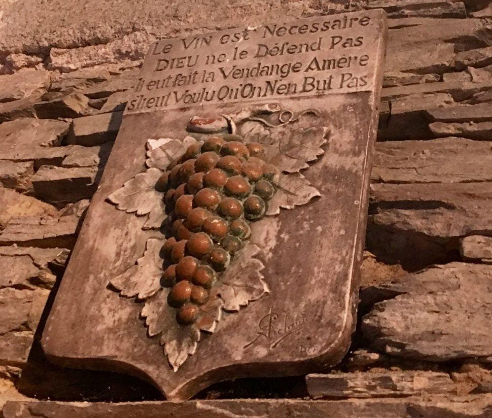 Dans les caves de schistes caractéristiques du Muscadet, ici celles des Frères Couillaud près de Vallet, famille vigneronne au Château de la Ragotière depuis 7 générations