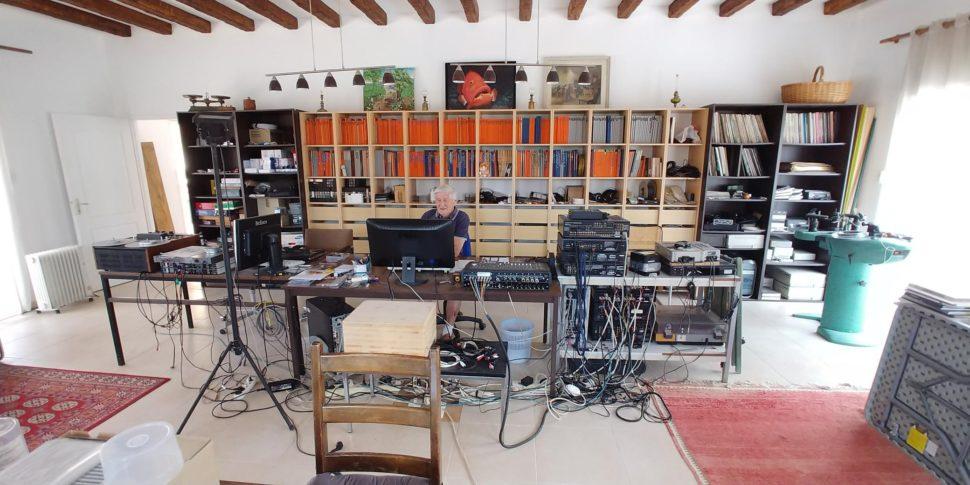Bernard Neveu dans son salon/studio.