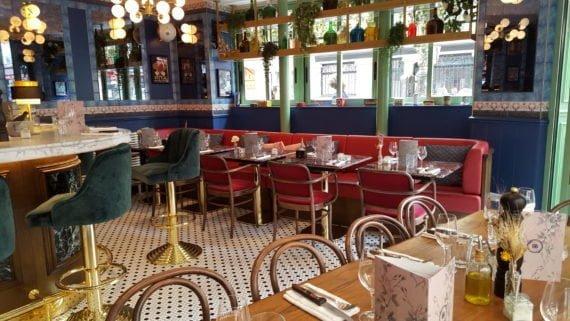 Chez Bellanger le décor coloré joue avec les codes de la Brasserie, avec une touche de modernité