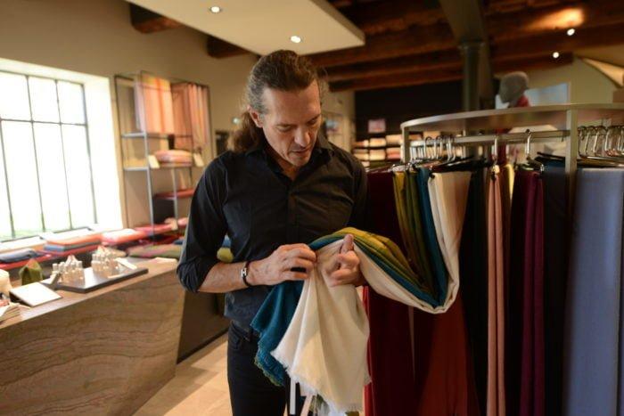 Jean-Louis Brun sélectionne les fibres les plus souples pour produire ses étoffes