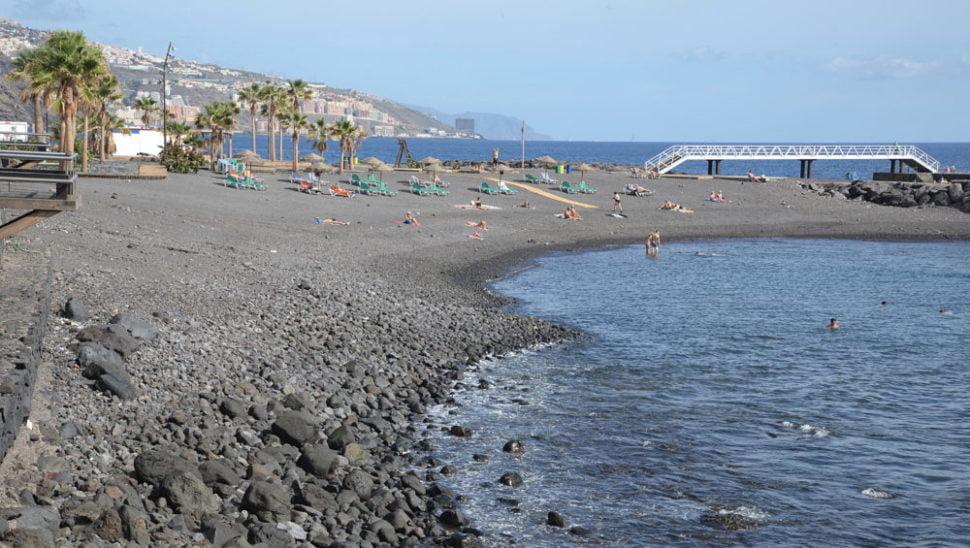 L'île volcanique de Ténérife possède des plages de galets et de sable noirs comme Candelaria.