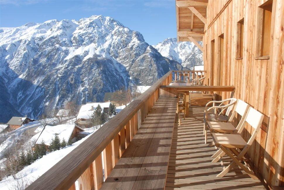 Une terrasse du Chalet Il Fera Beau Demain, rien d'ostentatoire, la nature tout simplement et le plein soleil d'hiver.