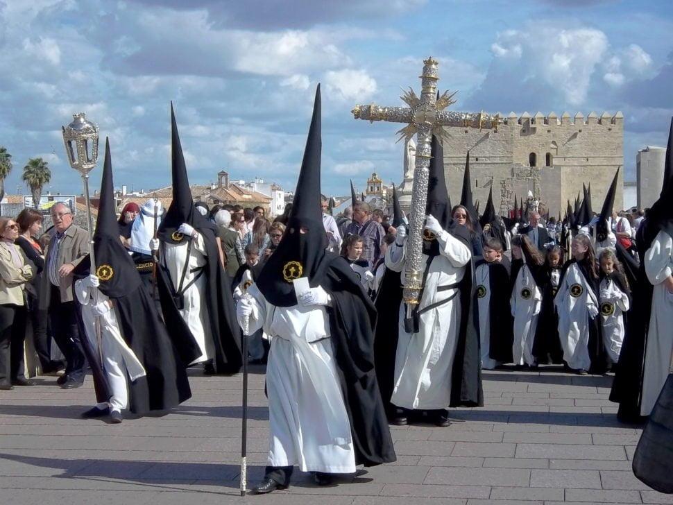 Une des confréries religieuses de Cordoue arpentant les rues de la ville lors de la semaine sainte