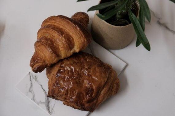 Croissants et pains au chocolat sont aussi à la carte de la boulangerie Sain Photo. Photo