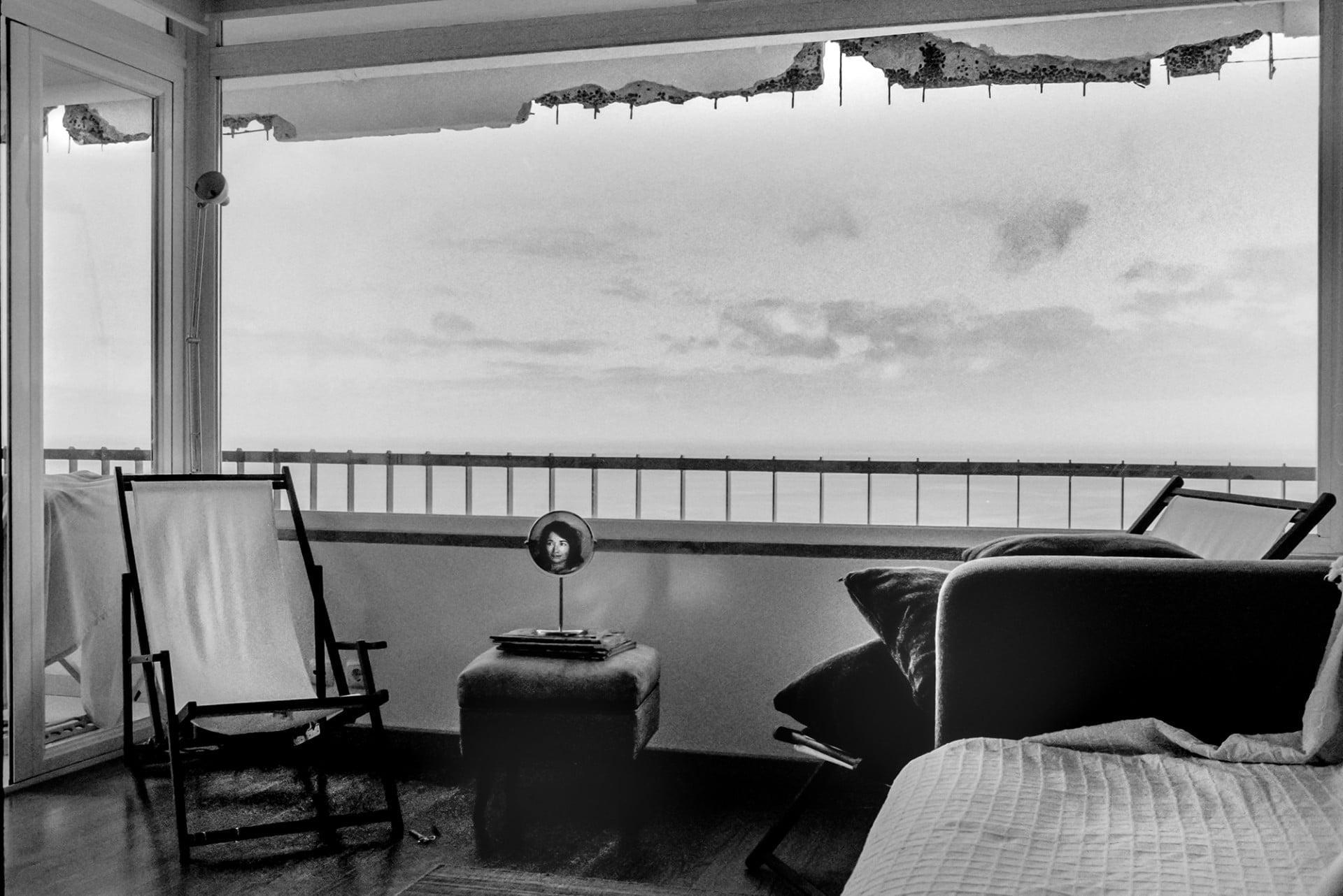 Autoportrait au miroir près de la chaise vide, Sesimbra