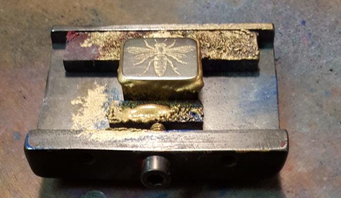 Timbre de l'abeille : bloc d'acier gravé à la main et sa contrepartie gravée en creux (Ci-dessous).