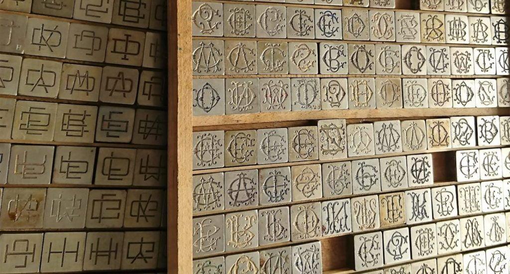 L'imprimerie Lejeusne dispose de milliers de figures en plomb comme ces alphabets pour enchanter vos papiers