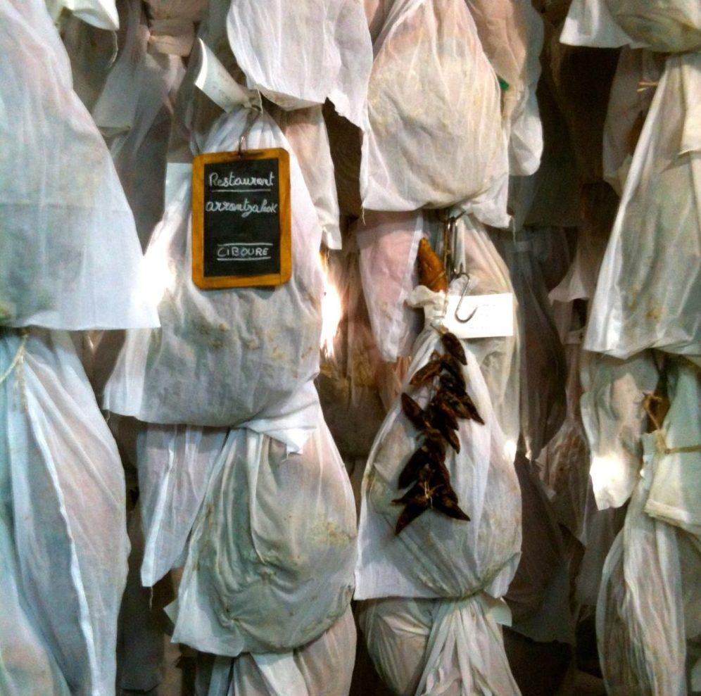 Jambons d'Éric Ospital au séchoir à Hasparren
