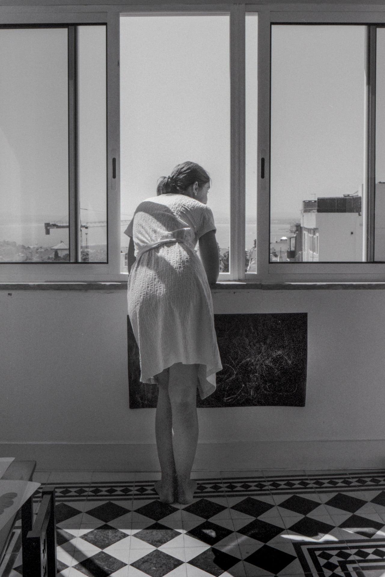 Joana dans sa robe de chambre à sa fenêtre, Lisbonne