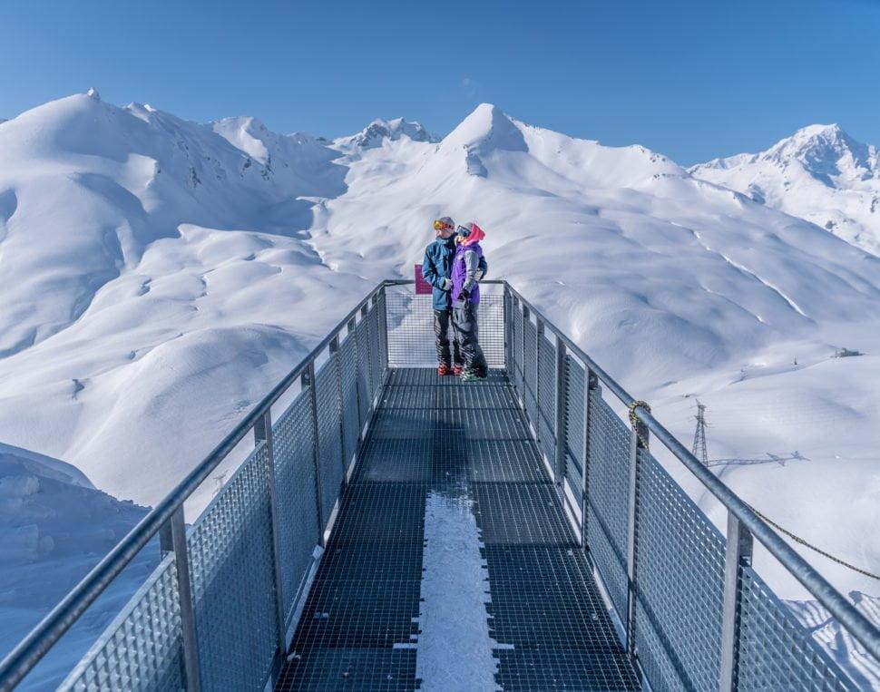 Sensation forte, la passerelle du Fort de la Redoute vous suspend dans le vide, et offre une splendide vue sur le Mont Blanc.