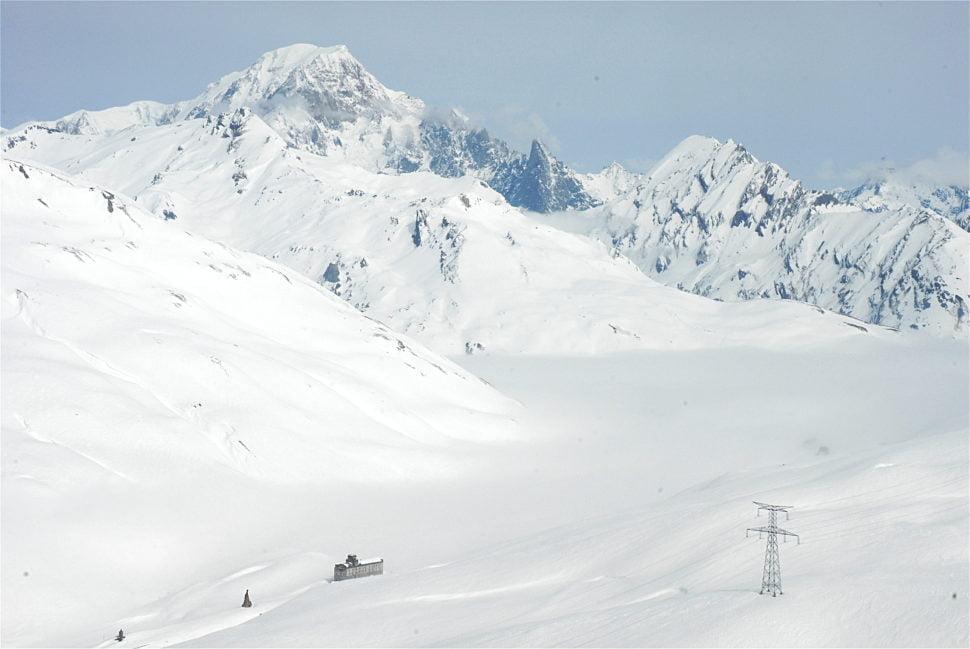 Vue depuis le Fort de la Redoute à 2 390 m : au dessus du col du Petit Saint-Bernard, la silhouette du Mont Blanc est très différente de celle, plus connue, côté Chamonix.