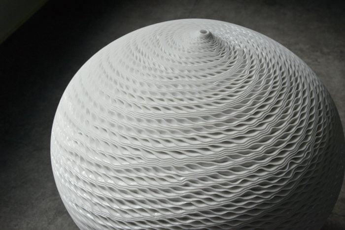 Porcelaine, vase à une fleur, une empreinte minimaliste – Jong Min Lee