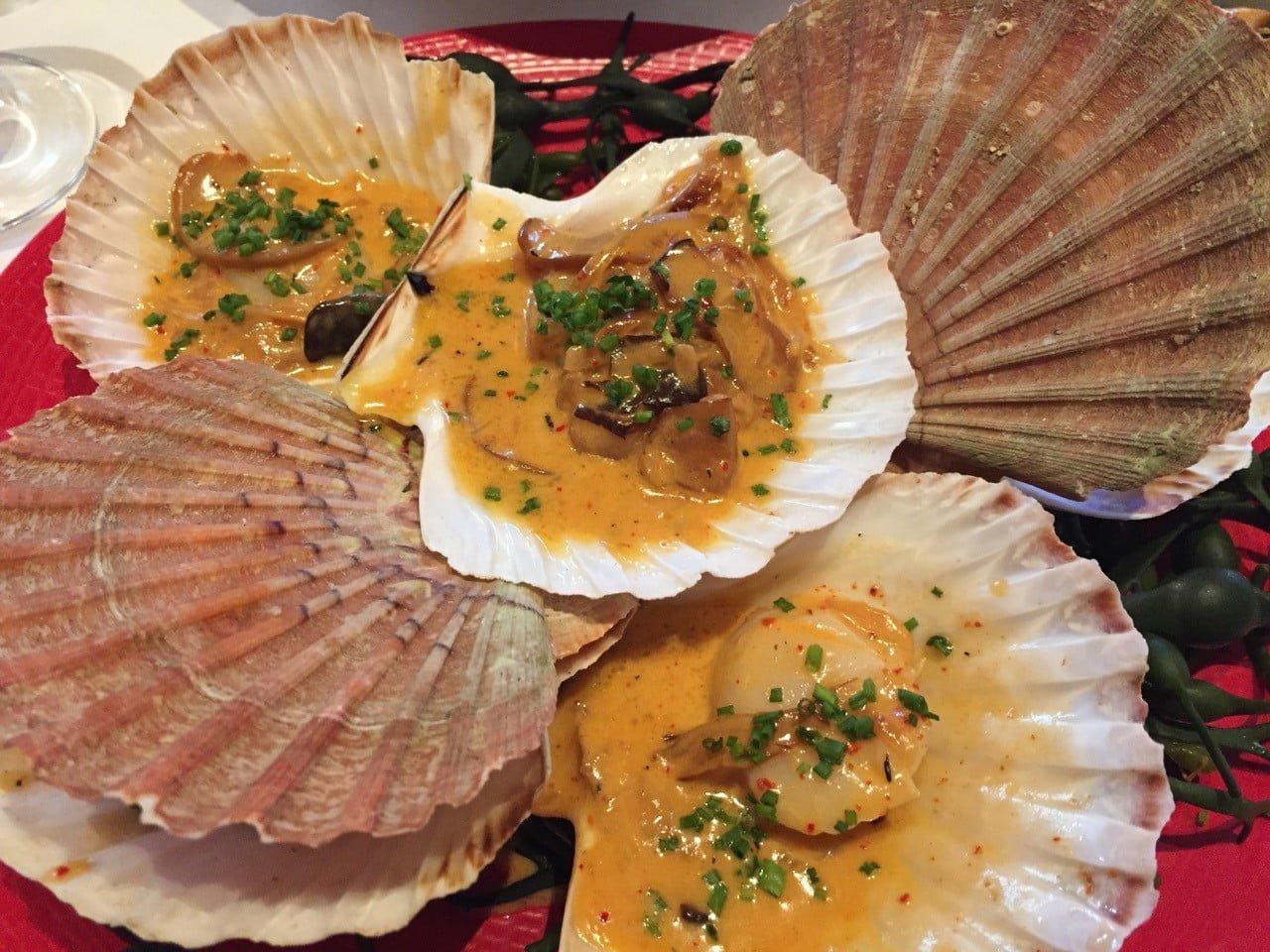 Les coquilles saint-jacques d'Erquy aux épices tandoori de Yoshihiko Miura au restaurant Le Dôme à Paris – Montparnasse