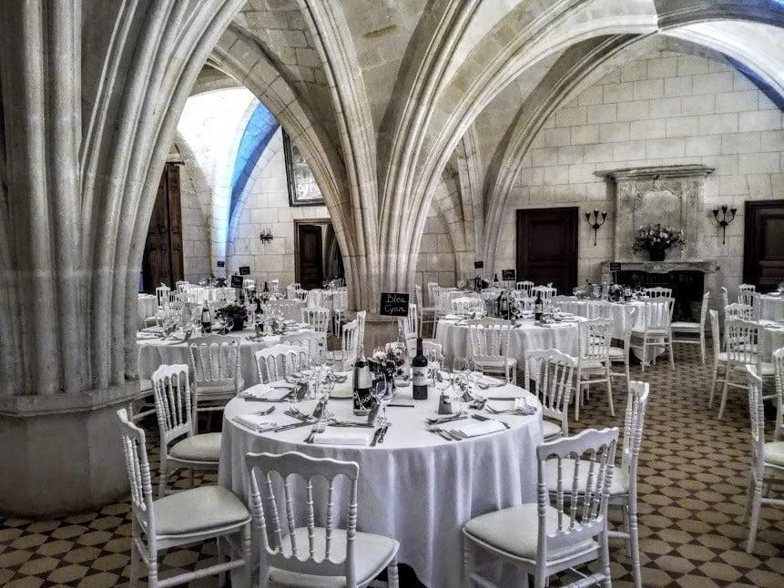 L'ancien cellier gothique du XIIIe siècle voûté en croisées d'ogives, aménagé au XVIIIe siècle pour loger les hôtes des abbés commendataires