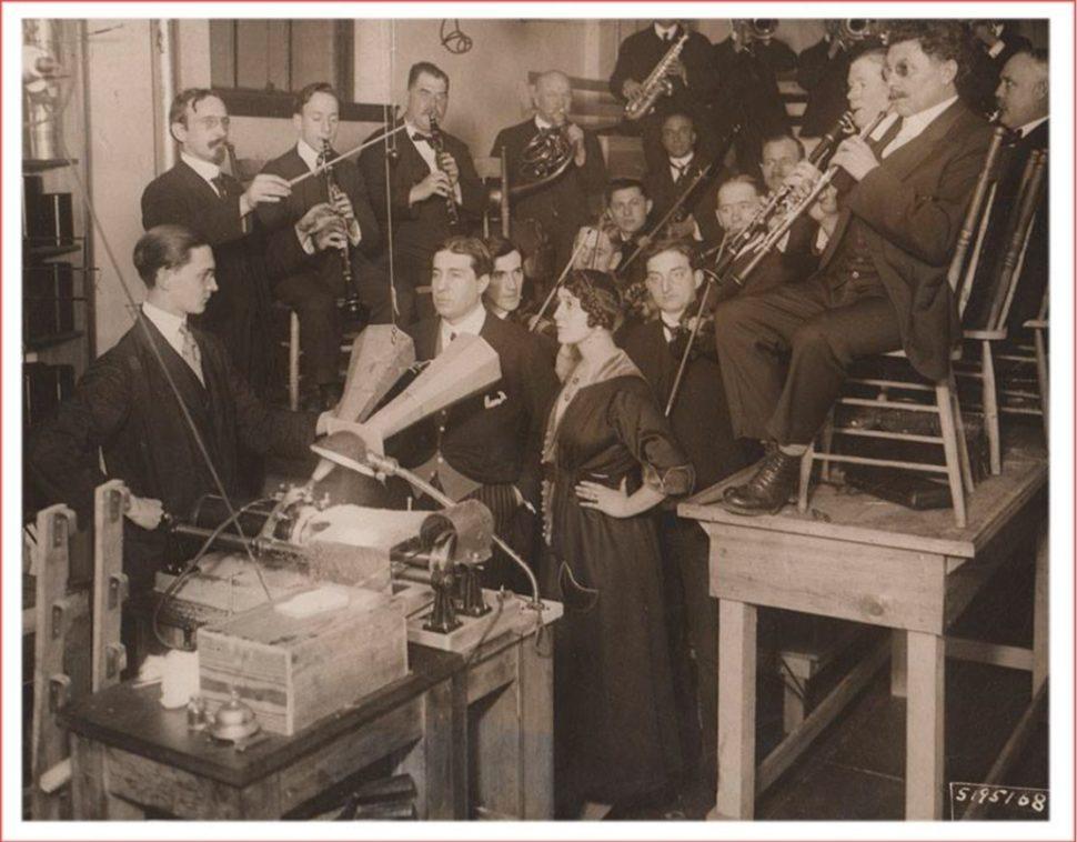 Lucien Muratore (1876-1954) et sa femme Lina Cavalieri (1874-1944) gravant un disque en 1916.