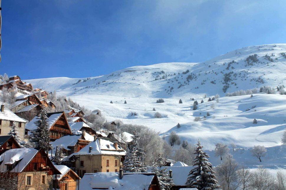 Station familiale, cocon… mais pour les grands sportifs le télésiège du Villarais donne accès au vaste domaine skiable de l'Alpe d'Huez.