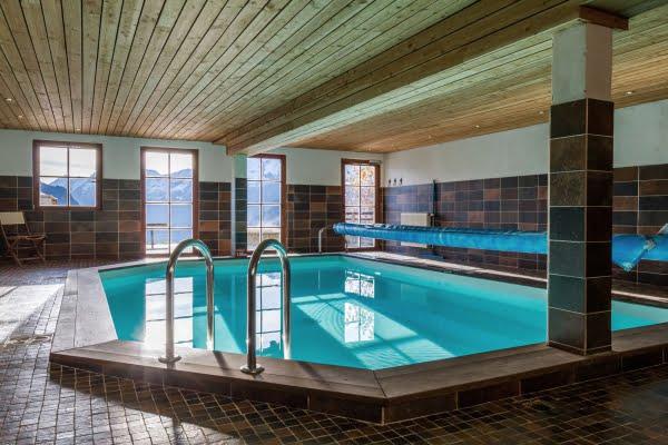La piscine (7 m sur 5), chauffée à 28°C, du chalet Il fera beau demain.