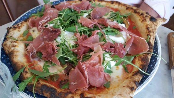 La pizza généreuse et croustillante du Daï-Daï