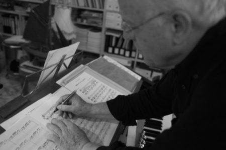 Guy-Claude Luypaerts dans son appartement Montmartrois. Compositeur pour flûte solo mais aussi orchestre, il perpétue l'esprit de l'école de la flûte traversière française.