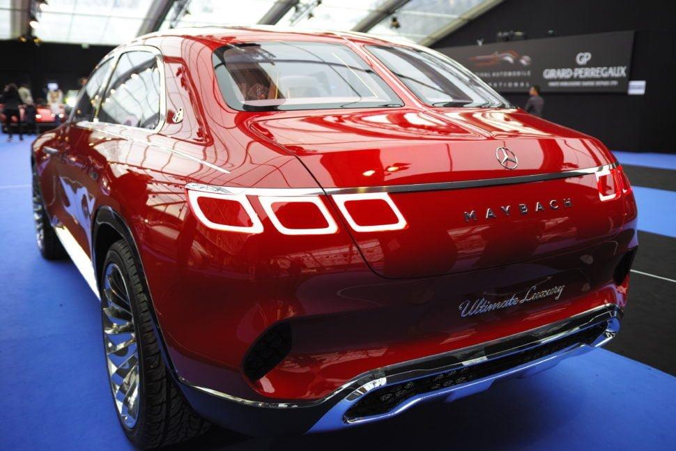 Le concept-car Mercedes-Maybach Ultimate Luxury – Dimensions : 5,26m de longueur pour 2,11m de largeur et une hauteur de 1,76m. Design extérieur réalisé par Gorden Wagener. Les sièges sont autonomes et, à l'arrière, chaque passager à sa lunette.