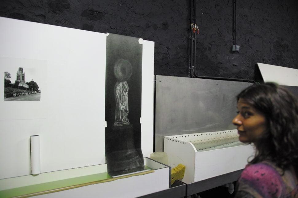 Sara Imloul devant un essai une épreuve d'une de ses photos