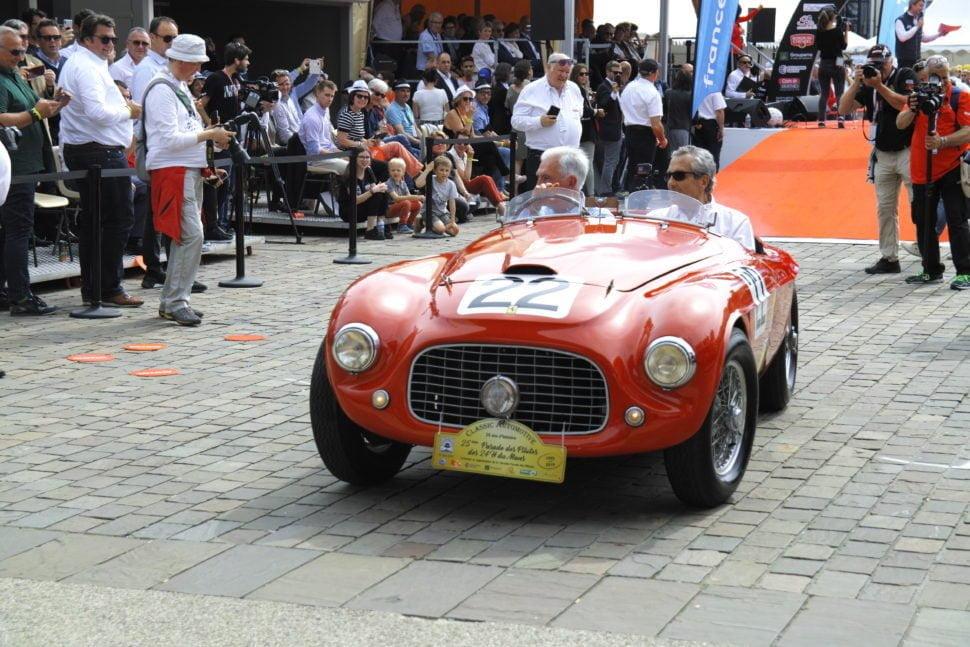 La Ferrari 166MM, troisième voiture conçue par la Scuderia, victorieuse en 1949 dans la course des 'Mille Miglia'. Elle fut victorieuse également cette même année au Mans et à Spa dans la catégorie des 1 501 à 2000 cm2 et à l'indice de performance. Avec la 166MM Ferrari marque sa 1ère participation au Mans en enregistrant sa 1ère victoire. Ici, à la parade des pilotes