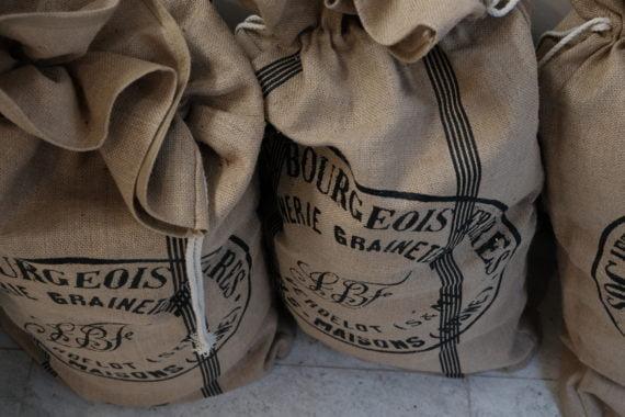 Avec le blé ancien de Mayenne, le maître boulanger fait un levain à base d'une décoction de foin grillé et de pelures de pommes.