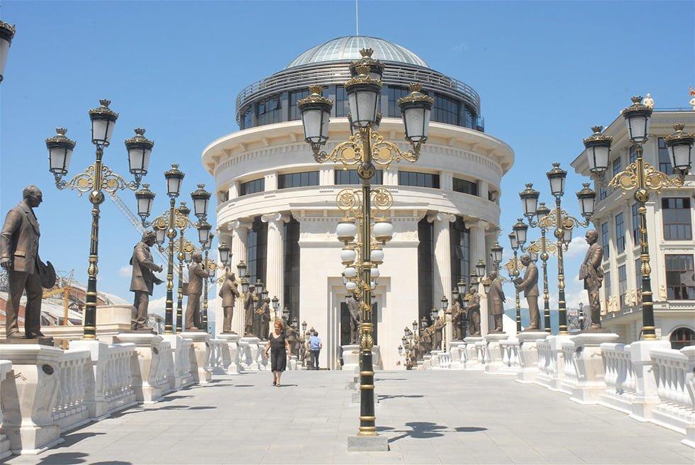 Le Pont de l'Art et le bâtiment de la police financière de Skopje.