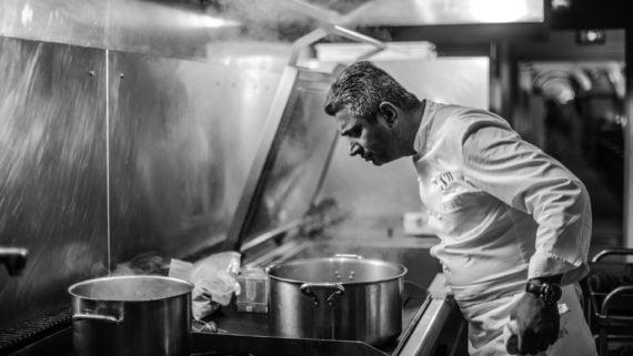 Sylvestre Wahid dans la cuisine de son Restaurant a retenu le perfectionnisme de ses mentors.