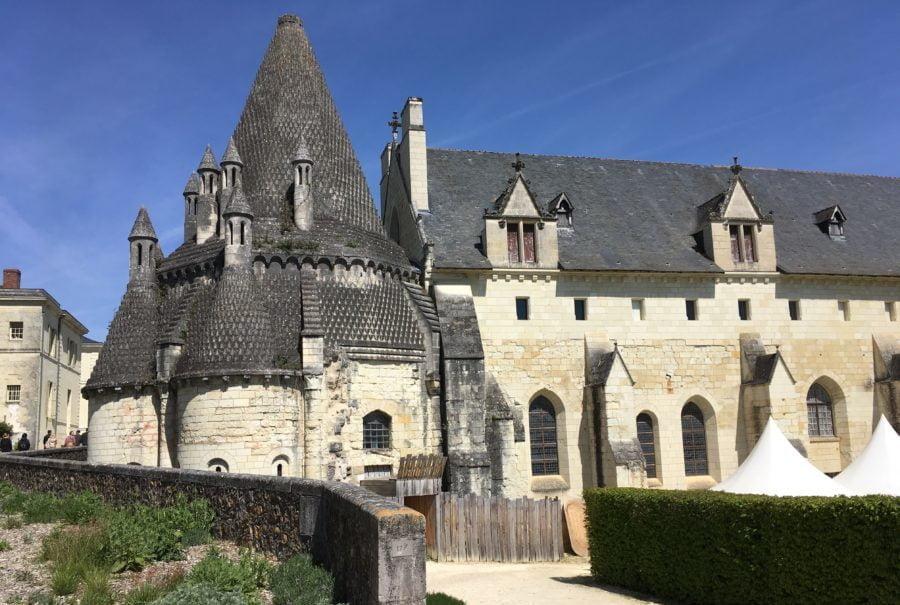L'Académie du chenin a organisé le Mondial du chenin à l'Abbaye de Fontevraud. A gauche sa fameuse cuisine aux multiples cheminées.