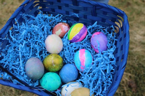 La chasse aux oeufs de Pâques peints ou en chocolat