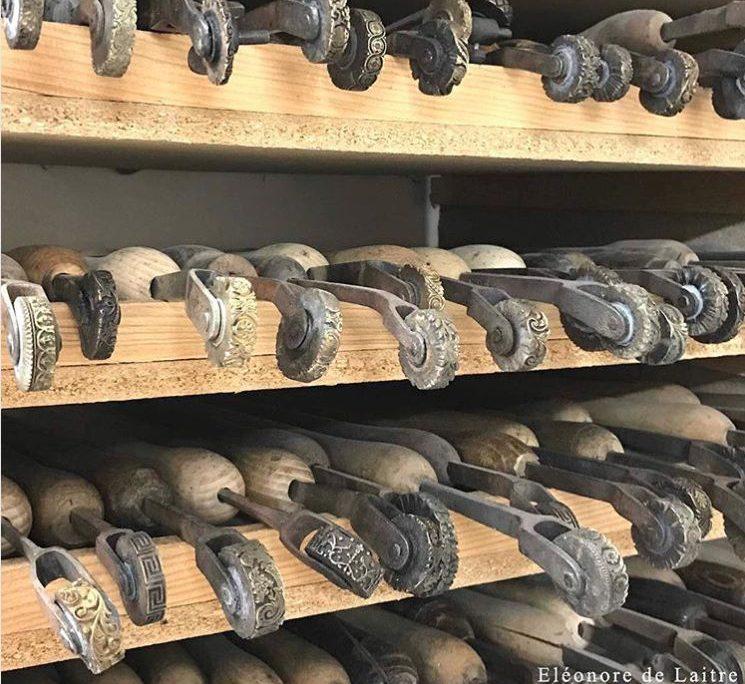 Fabrication des écrins – Les fers en roulette pour les frises