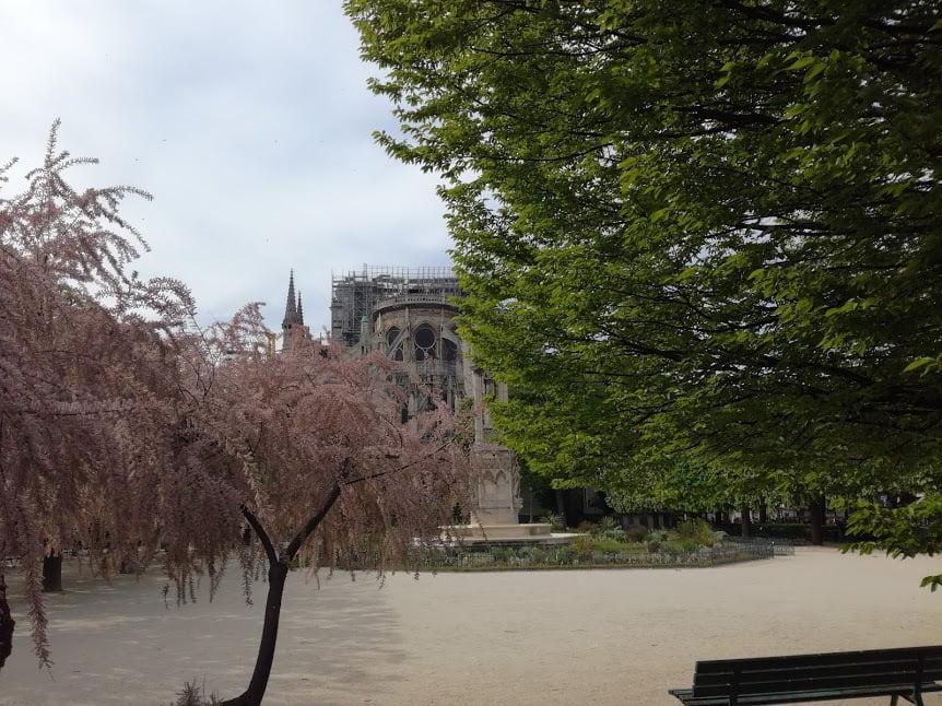 Le chevet de Notre-Dame endommagé par l'incendie et ses célèbres arcs-boutants, une technique mise au point lors de la construction de la cathédrale